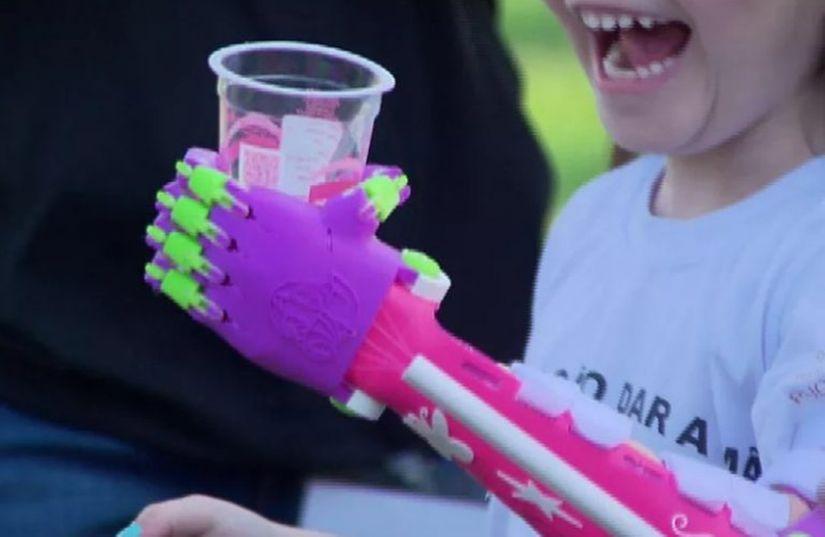 Centenas de próteses 3D são distribuídas de graça