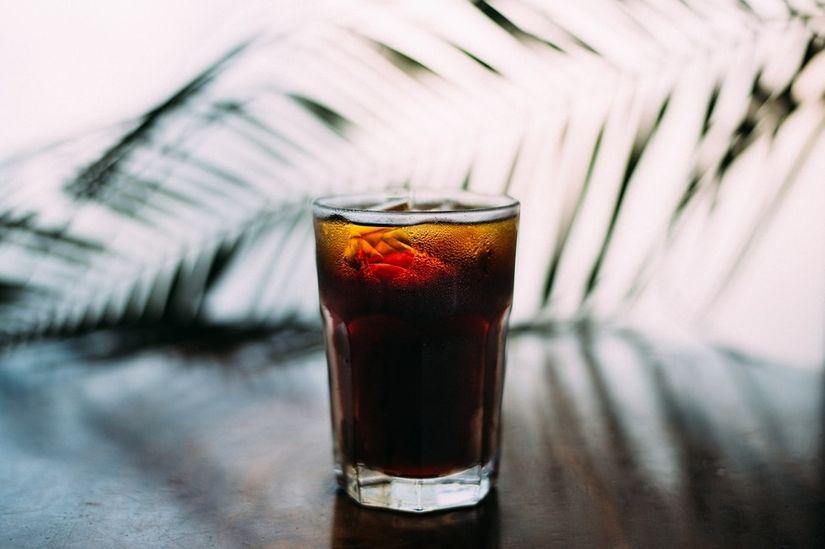 Estudo vincula consumo de sucos adoçados e refrigerantes a maior risco de câncer