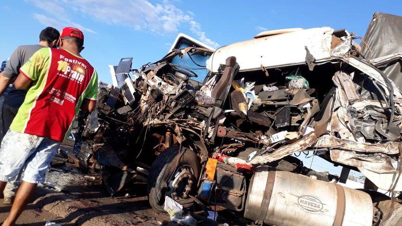 Colisão entre três carretas deixa motorista morto na BR-163