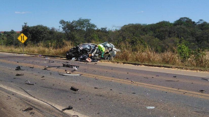 Motorista de carro morre em colisão frontal com carreta na BR-163