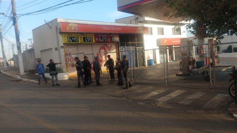 Posto de combustível é alvo de criminosos em Cuiabá; suspeitos fogem e deixam explosivo