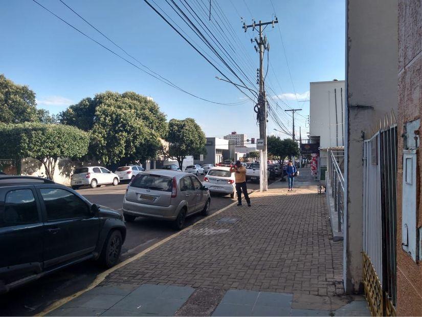 """Guardas de trânsito estão autuando motoristas que """"roubam"""" vaga de ônibus no centro de Rondonópolis"""