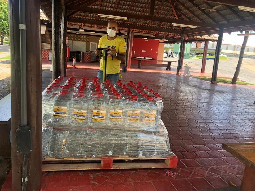 O álcool 70% está sendo envasado e distribuído para todo o estado de Mato Grosso. (Foto: divulgação Sedec/MT)