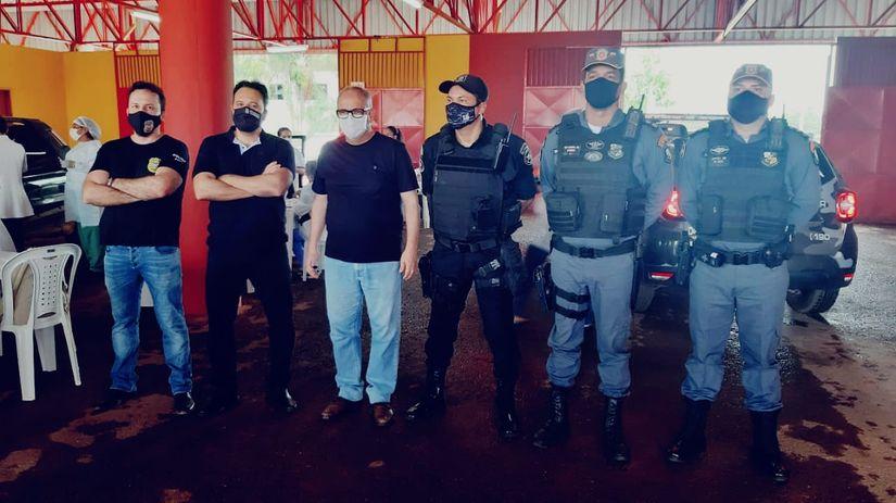 Deputado e prefeito com os representantes de instituições de segurança pública de Rondonópolis