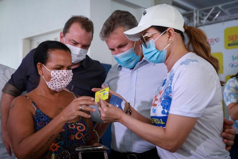 Primeira-dama e governador entregam cartões do Ser Família Emergencial em Cuiabá - Foto por: Jana Pessôa