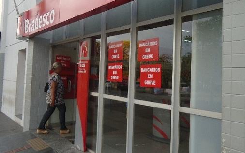 Com a paralisação, apenas os caixas eletrônicos estão funcionando - Foto: Marcos Magalhães/GazetaMT