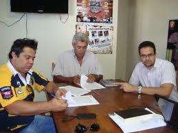 O promotor de eventos Ricardo Camilo (de camisa amarela e preta) foi preso após agredir sua esposa