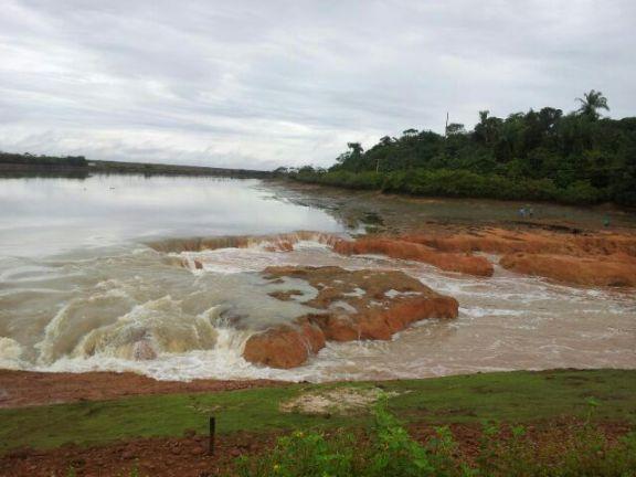 No local, o acostamento e uma pequena parte da pista de rolamento já teriam cedido à força das águas - Foto PRF
