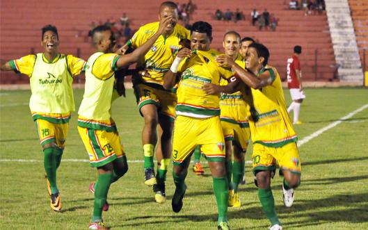 Zagueiro Kal comemora gol com os companheiross
