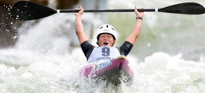 Ana Sátila comemora a medalha de ouro ainda na pista de slalom
