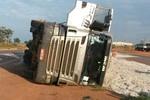 Motorista perde o controle e carreta carregada com caroço de algodão tomba próximo à Rondonópolis