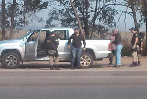 Momento da abordagem ao veículo que conduzia o deputado Mauro Savi e o dinheiro suspeito Foto: PRF-MT