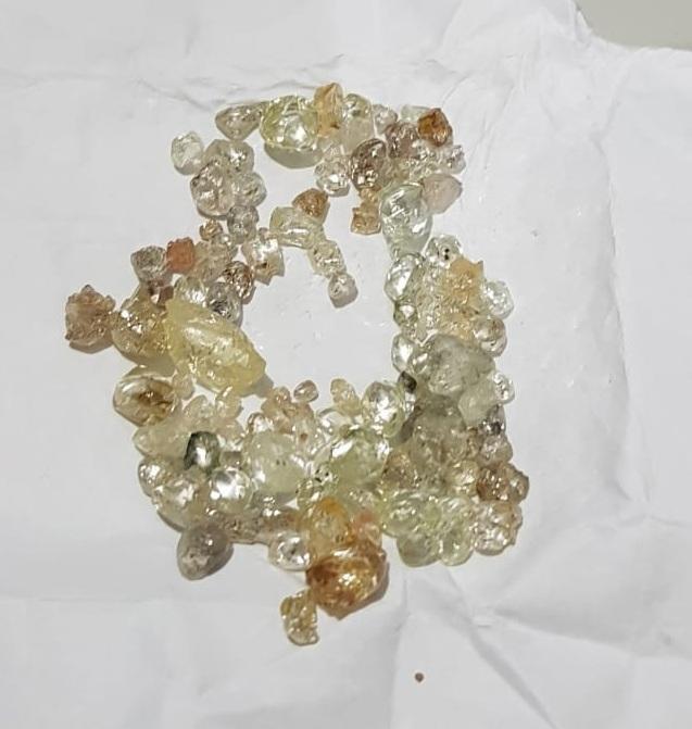 Pedras de diamantes apreendidas com o suspeito. (Foto: divulgação PRF/MT)