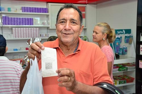 O aposentado Sebastião da Silveira foi o primeiro cliente e ganhou um presente especial. Foto: Sirlei Alves /GazetaMT