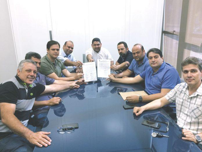 Termo de compromisso firmado entre os vareadores. Foto: Roberto Nunes /A Tribuna