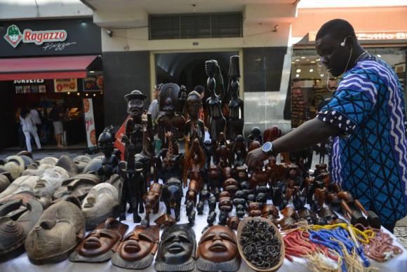 O senegalês Ndiaga Sow vende objetos decorativos africanos em São Paulo (Foto: Rovena Rosa/Agência Brasil)
