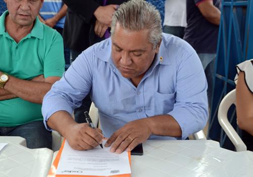 Nino assina o termo de posse. Foto: Luan Dourado/GazetaMT