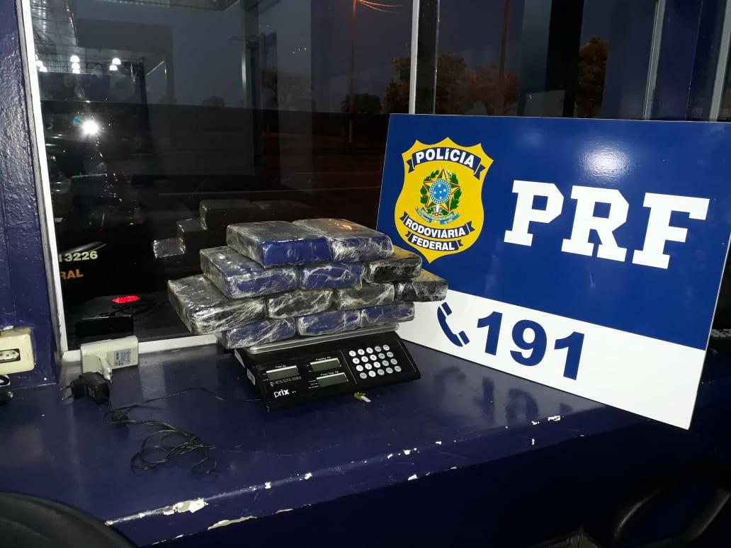 Droga apreendida no veículo do motorista. (Foto: divulgação PRF/MT)
