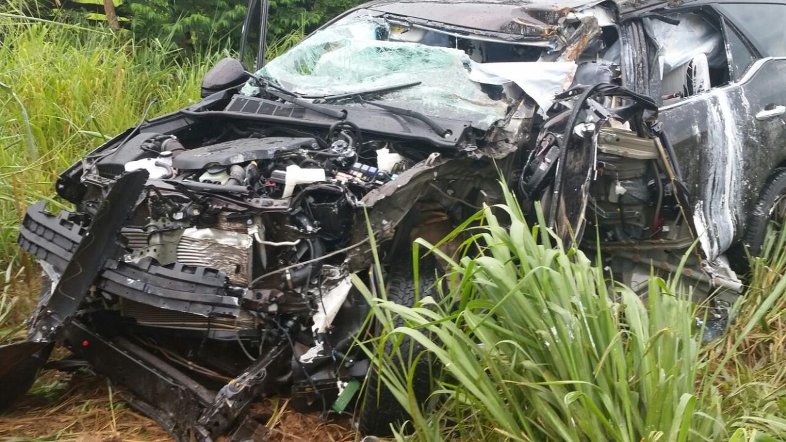 Carro ficou totalmente destruído em acidente na MT-344 (Foto: divulgação Corpo de Bombeiros)