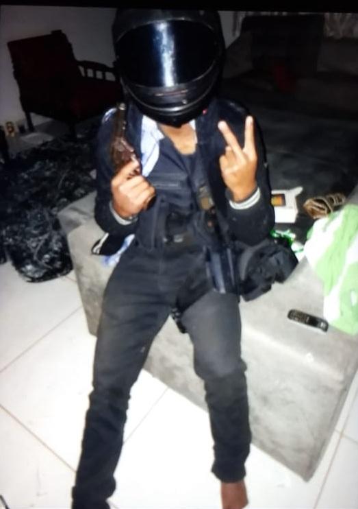 O rapaz foi fotografado com o uniforme da agente penitenciária durante o assalto. (Foto: divulgação PJC/MT)