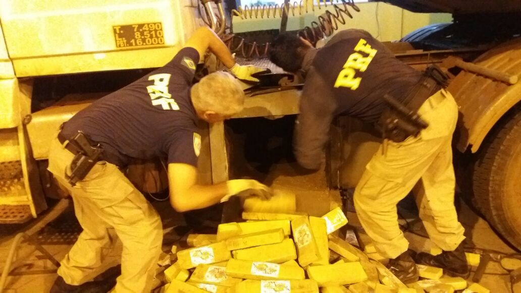 A droga foi localizada com auxílio de cães farejadores da PRF. (Foto: divulgação PRF)