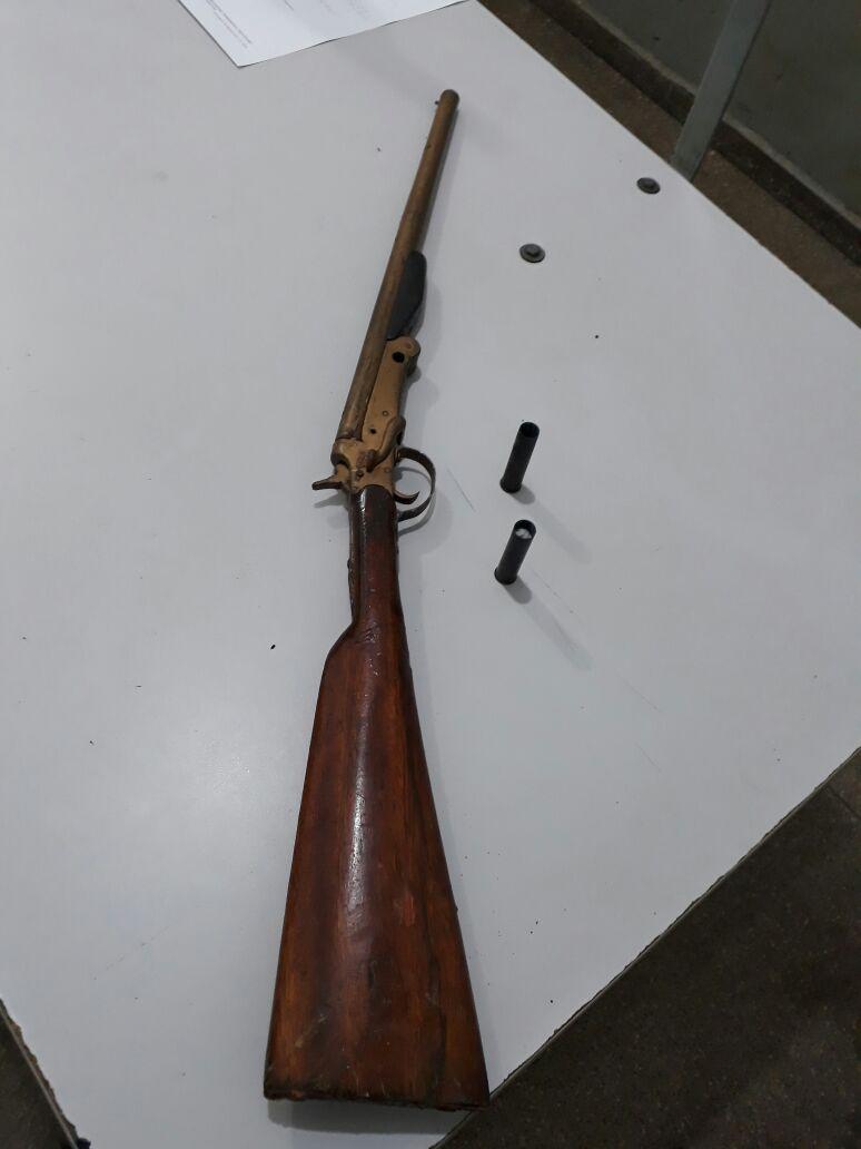 Arma e munições apreendidos pela polícia. Foto: divulgação PM.