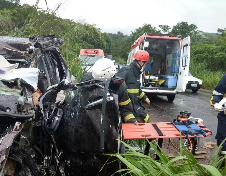 Equipes dos bombeiros de Campo Verde socorrendo as vítimas. (Foto: divulgação Corpo de Bombeiros)