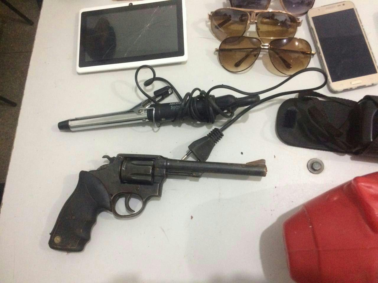 Arma de fogo e objetos recuperados pela PM. (Foto: divulgação PM/MT)