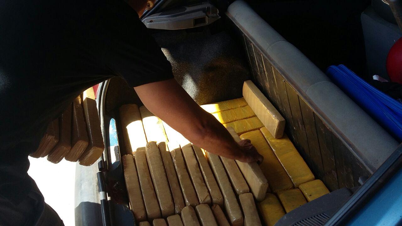 Parte entorpecente estava escondida no porta malas do veículo. (Foto: divulgação PJC/MT)