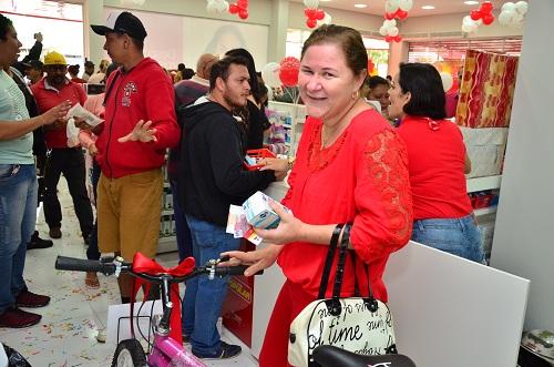Primeira cliente a comprar ganhou um presente especial: uma bicicleta