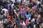 Chuva prejudica, mas não desanima foliões em bloquinhos de Brasília
