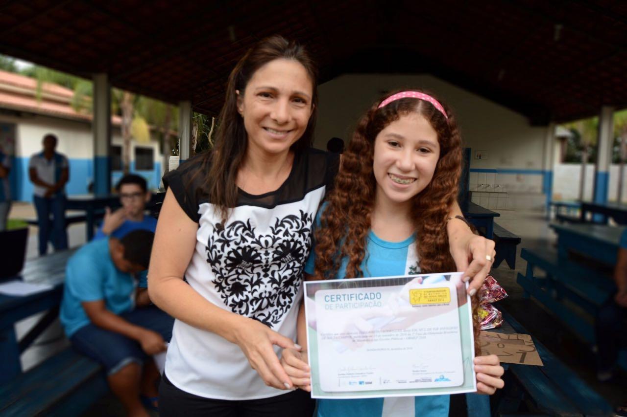 Professora emocionada ao lado da vencedora. - Foto: Internet