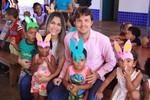 Prefeitura distribui 680 ovos de páscoa e leva alegria a crianças e idosos