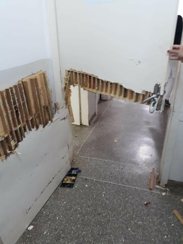 Um das portas que foi quebrada pelo paciente. (Foto: rede social)