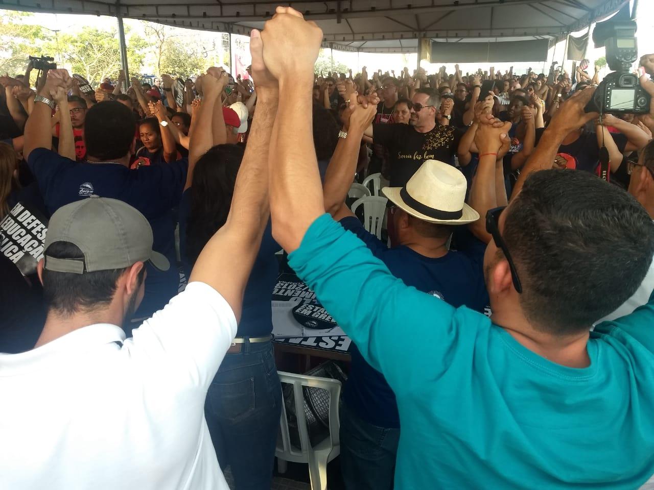 """""""Ninguém solta a mão de ninguém"""", diz professores durante Assembleia Geral. Foto: Sabryna Carvalho"""