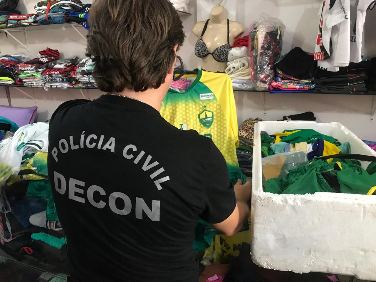 A dona confessou que compra por R$ 20,00 as camisetas e revende por R$ 30 a 40 reais. (Foto: divulgação PJC/MT)