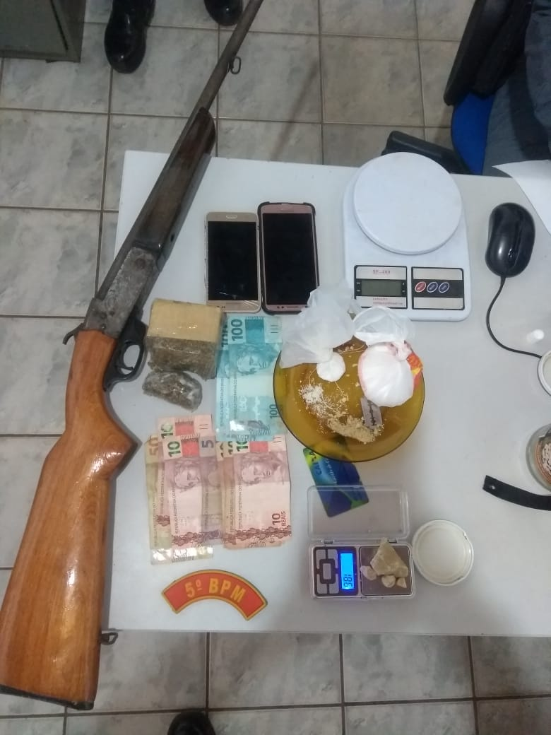 Materiais apreendidos pela polícia na casa do suspeito. (Foto: divulgação PM/MT)