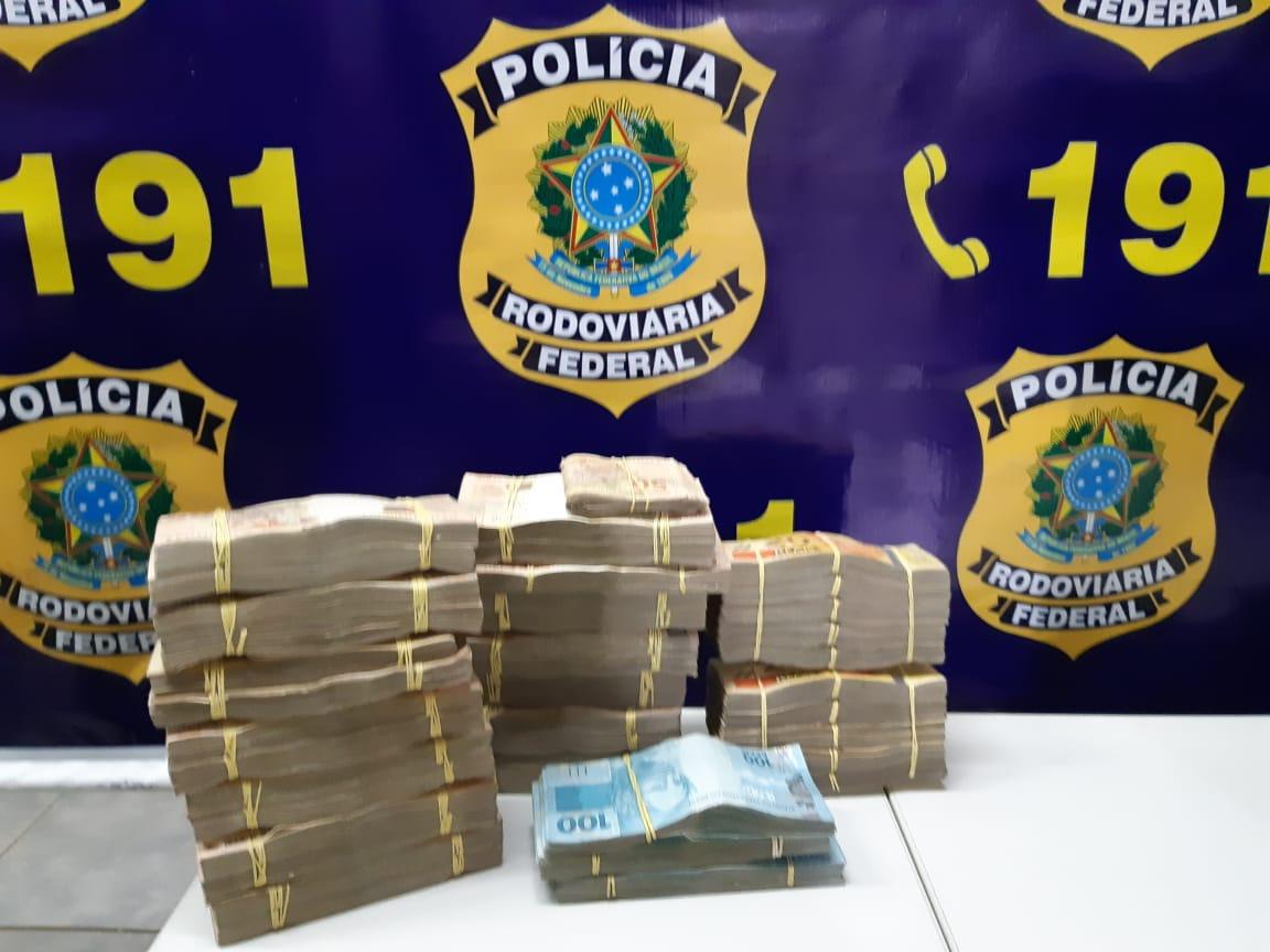 Dinheiro apreendido pela PRF que estava no carro dos suspeitos. (Foto: divulgação PJC/MT)