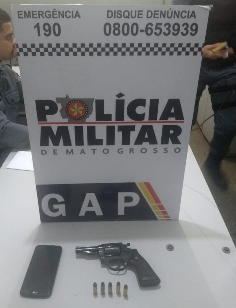Arma e munições apreendidas no veículo dos suspeitos. (Foto: divulgação PM/MT)