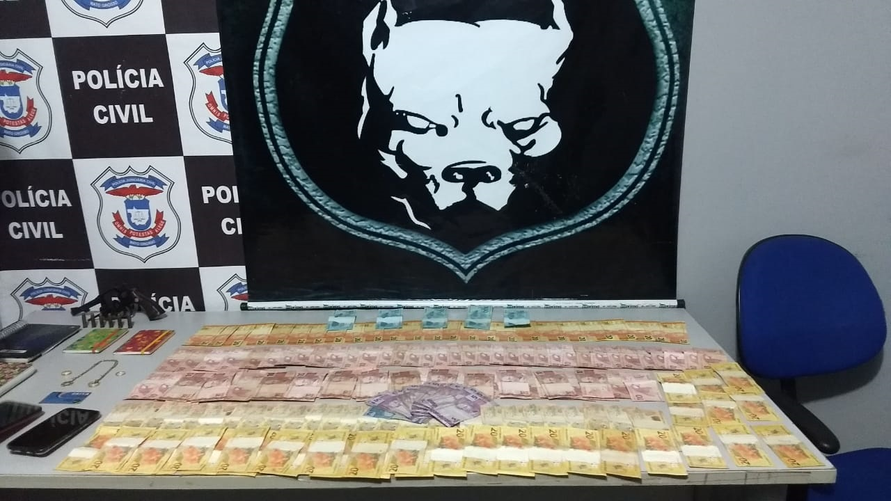Dinheiro apreendido pela polícia. (Foto: divulgação PJC/MT)