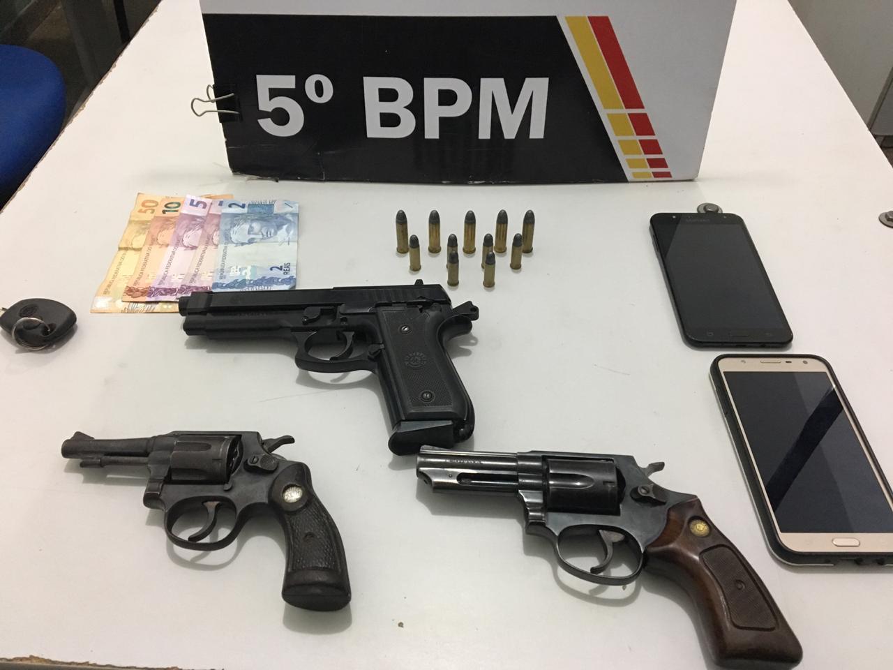 Armas e simulacro de pistola apreendido com os suspeitos. (Foto: divulgação PM/MT)