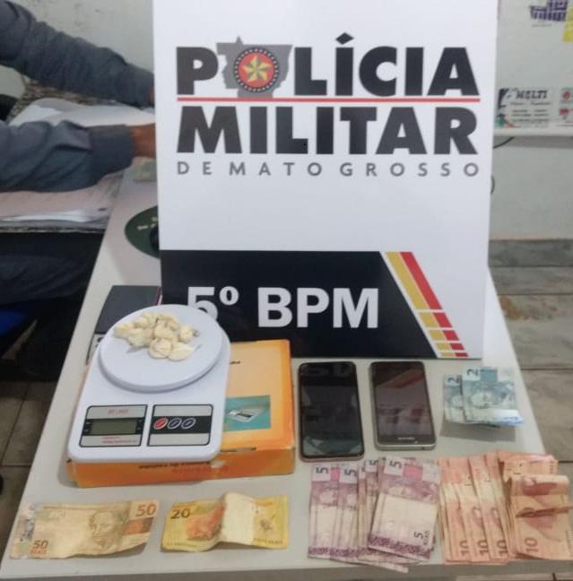Materiais apreendidos pela polícia na quitinete onde as suspeitas estavam. (Foto: divulgação PM/MT)