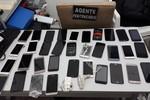 Agentes descobrem celulares em construção de calçada realizada por presos da PCE