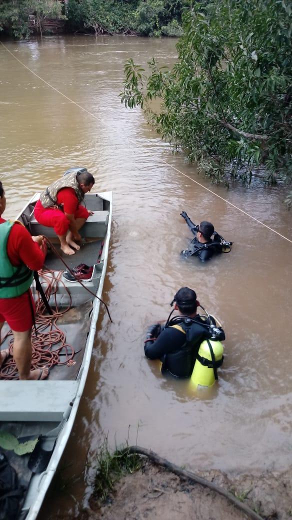Os bombeiros realizaram buscas em locais submersos com árvores, rebojo e linhas de pesca enroscada, porém, sem êxito. \(Foto: divulgação bombeiros)