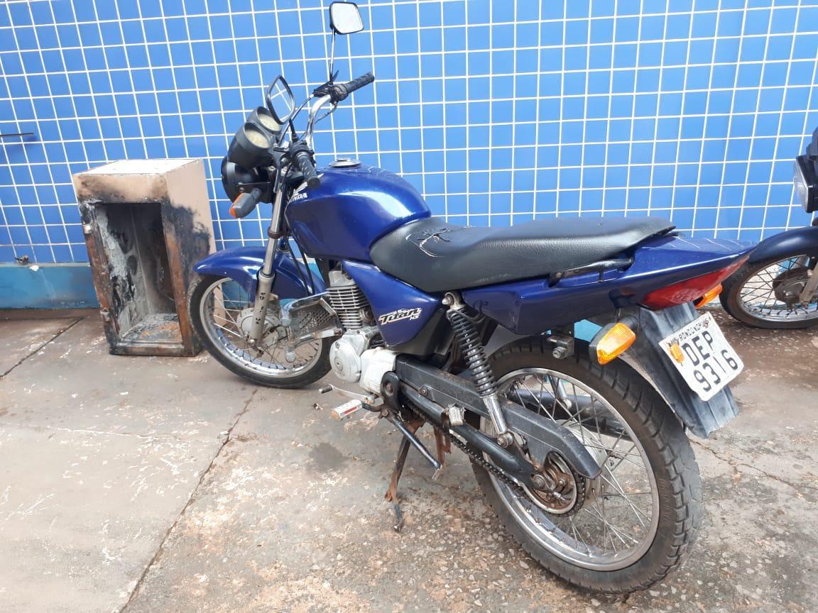 Motocicleta recuperada pela PM que estava com os suspeitos. (Foto: divulgação PM/MT)