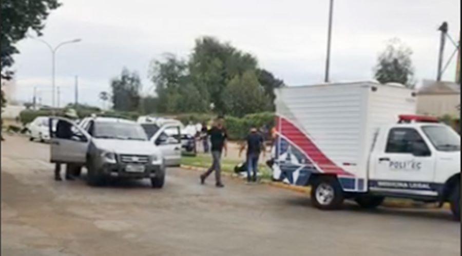 Corpo sendo retirado do local Foto: Reprodução Facebook