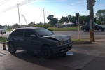 Criminosos batem carro durante tentativa de roubo e acabam fugindo a pé