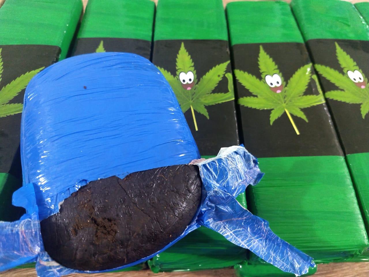Tabletes de haxixe, maconha e skank apreendidos pela polícia. (Foto: divulgação PRF/MT)