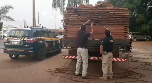 Veículo onde era transportada a madeira apreendida. (Foto: divulgação PRF/MT)
