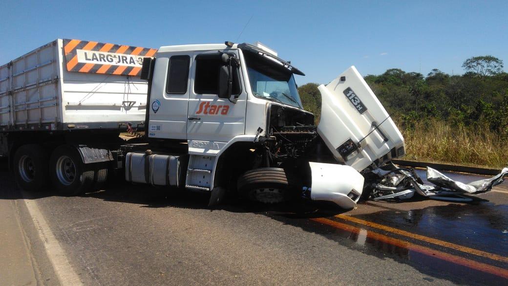 Com o impacto, roda dianteira esquerda da carreta se desprendeu do eixo. (Foto: rede social)